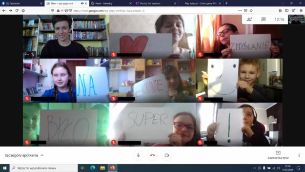 Dzieci trzymają kartki, na których są napisy ukłądające się w zdanie: Serduszko, zmyślanie na ekranie, uśmiech, było super!