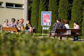 Kobiety siedzą na wolnym powietrzu, na ławkach